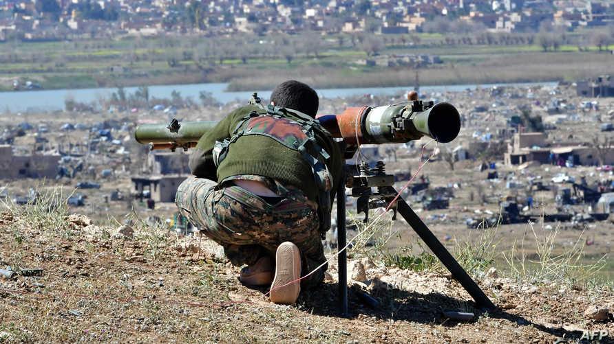 مقاتل من قوات سوريا الديموقراطية خلال المعارك الأخيرة التي انتهت بتحرير الباغوز من قبضة داعش
