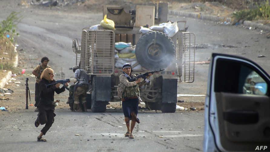 مسلحون مؤيدون لهادي خلال اشتباكات سابقة مع الحوثيين في تعز
