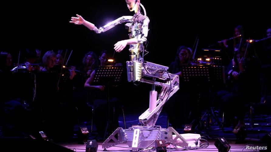 الروبوت المايسترو يقود فرقة موسيقية في الشارقة