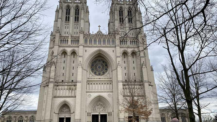 """قال المسؤولون عن الكاتدرائية في بيان """"تم شراء الأقنعة قبل أكثر من عقد، بعد تفشي أزمة صحية سابقة""""."""