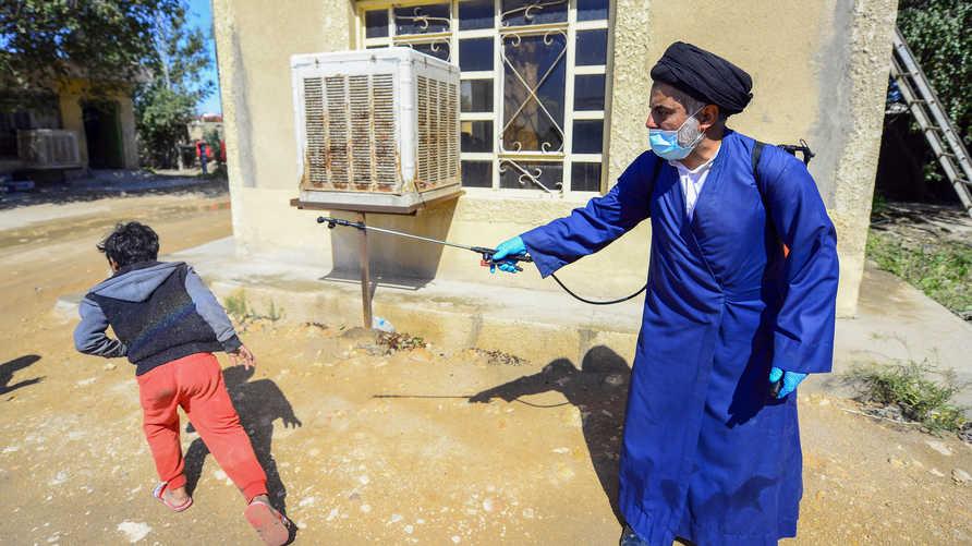 يحاول متطوعون عراقيون مساعدة فرق وزارة الصحة بالتعقيم