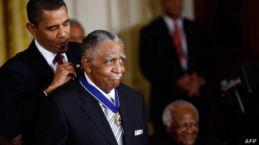 الرئيس  الأميركي السابق باراك أوباما يقلد جوزيف لوري وسام الحرية الرئاسي سنة 2009