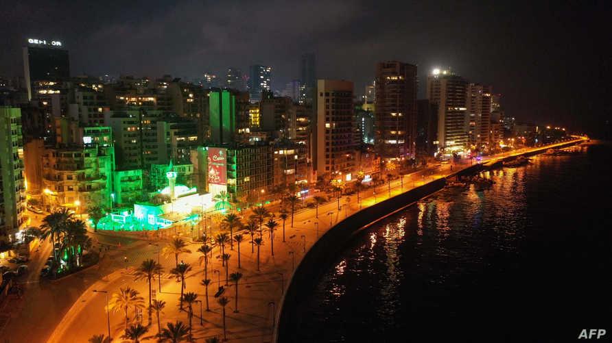اللبنانيون يصفقون من الشرفات للجسم الطبي الذي يعالج المصابين بفيروس كورونا