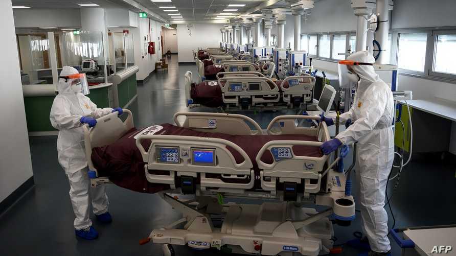 ممرضون يجهزون غرف عناية مركزة تجمع العشرات من المصابين في إيطاليا الأكثر تضررا عالميا
