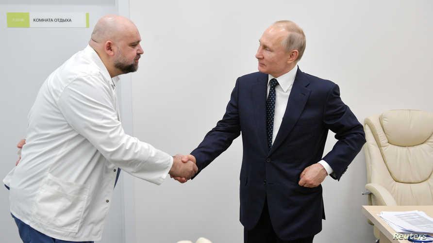 بوتين صافح قبل أيام الطبيب الذي أعلن اليوم الثلثاء إصابته بكورونا.