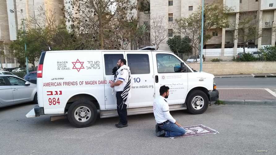 أفراهام مينتز، يهودي، وزهير أبو جامع، مسلم، يصليان معا ويدعوان للتغلب على كورونا