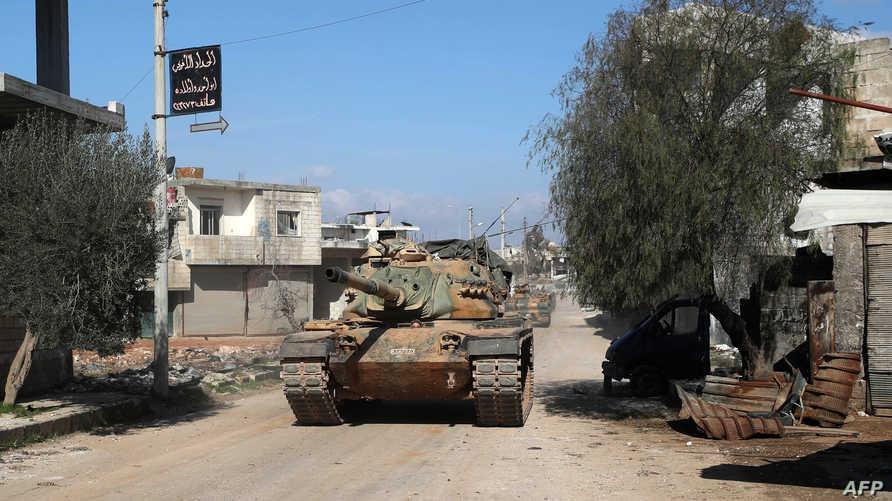 دبابة تركية في بلدة سرمين جنوب شرق إدلب
