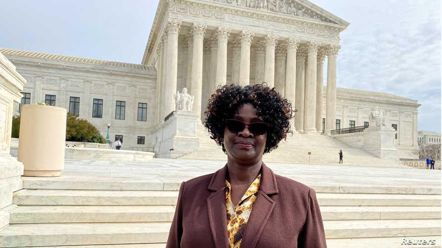 دورين أوبورت موظفة هجرة في السفارة الأمريكية بالعاصمة الكينية نيروبي وقت الهجوم تقف أمام المحكمة العليا الأمريكية- 24 فبراير 2020