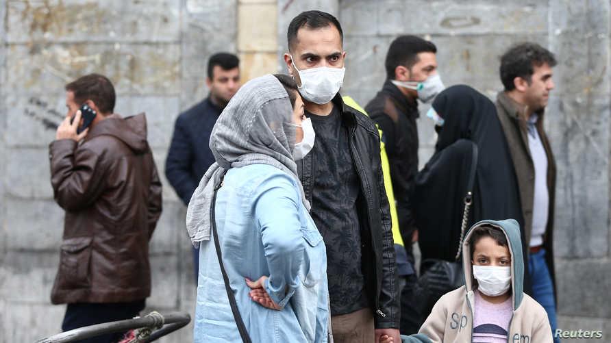 إيرانيون يضعون أقنعة واقية مع أنتشار فيروس كورونا في بلادهم