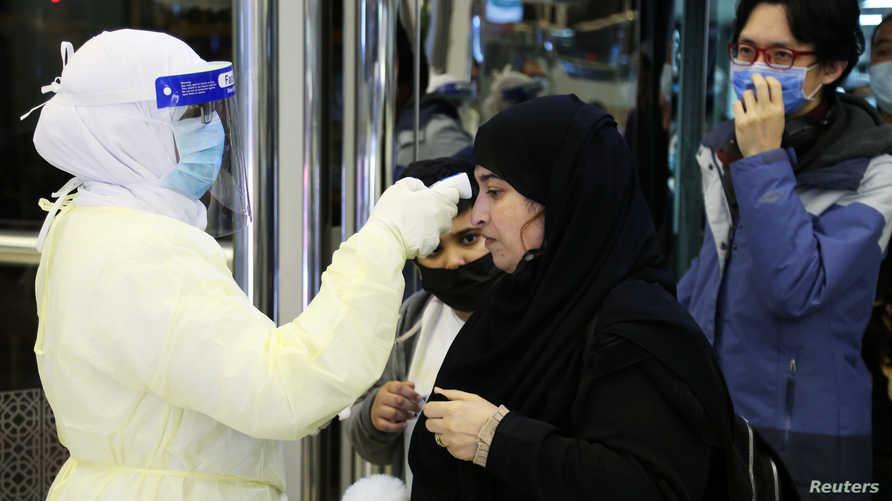 مسافرون قادمون من الصين يخضعون للفحص في مطار الملك خالد في الرياض مع تزايد انتشار كورونا المستجد في العالم. وقد أصيب بالفيروس أكثر من 95 ألف شخص فيما تجاوز عدد الوفيات 3200 على الأقل