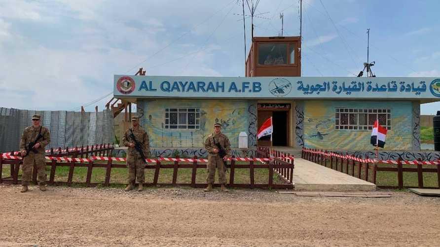 جنود أميركيون خلال مراسم تسليم قاعدة القيارة الجوية إلى القوات العراقية في 27 مارس 2020. وتواصل قوات التحالف انسحابها من قواعد عسكرية عراقية إطار جدول زمني