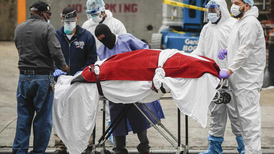 نقل جثمان أحد ضحايا كورونا في نيويورك. ويتوقع  كبير خبراء الأمراض المعدية في الولايات المتحدة تفشيا جديدا لكوفيد-19 في فصل الخريف المقبل