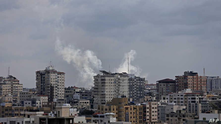 الدخان يتصاعد من منطقة انطلق منها صاروخ أطلقه مسلحون فلسطينيون على إسرائيل