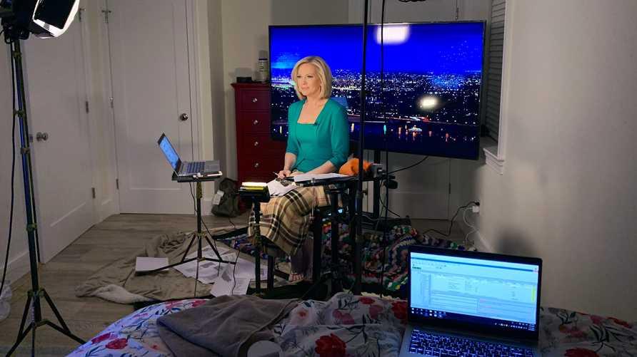 المذيعة الأميركية شانون بريم في غرفة نومها التي حولتها لاستوديو أخبار