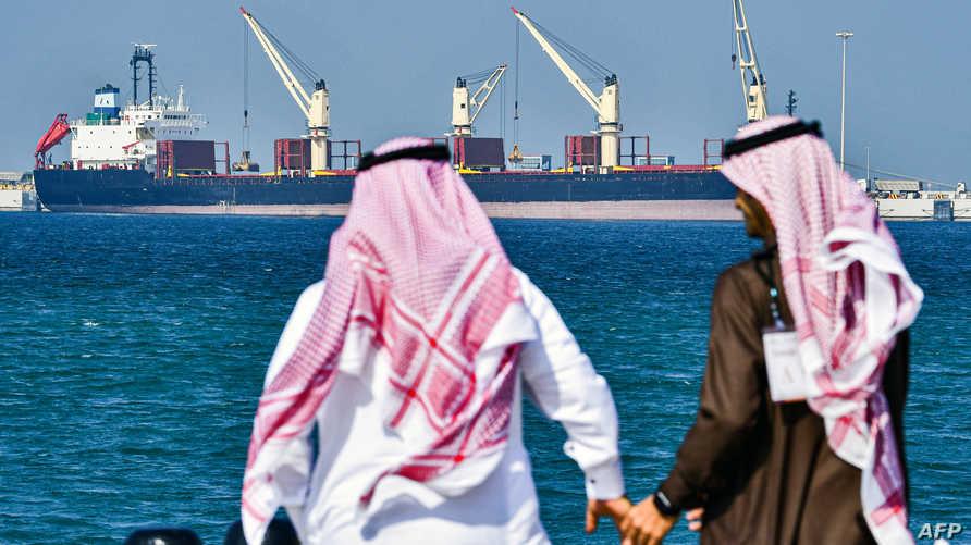 سعوديون بميناء رأس الخير ينظرون إلى حاملة نفط - صورة أرشيفية