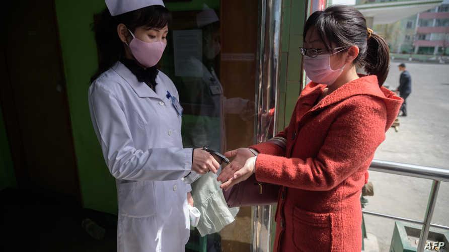 ذكر خبراء أن كوريا الشمالية معرضة بشكل خاص لانتشار الفيروس بسبب ضعف نظامها الطبي، واتهم منشقون بيونغ يانغ بالتغطية على انتشار الوباء.