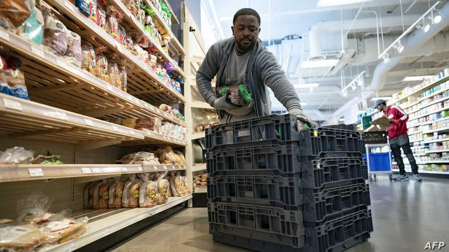 عامل بأحد متاجر البقالة في العاصمة الأميركية واشنطن - ٢ أبريل ٢٠٢٠