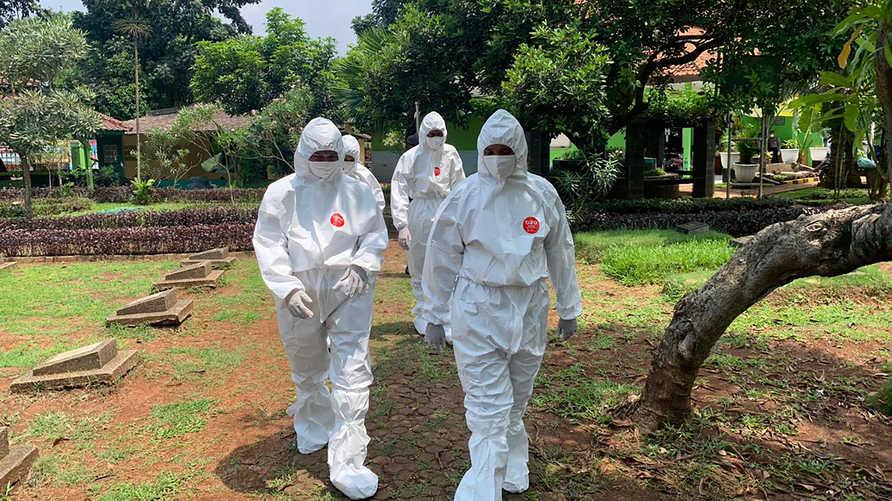 شكلتإندونيسيا وحدة خاصة من الشرطة مهمتها مواكبة عمليات تشييع الأشخاص المتوفين جراء كورونا المستجد
