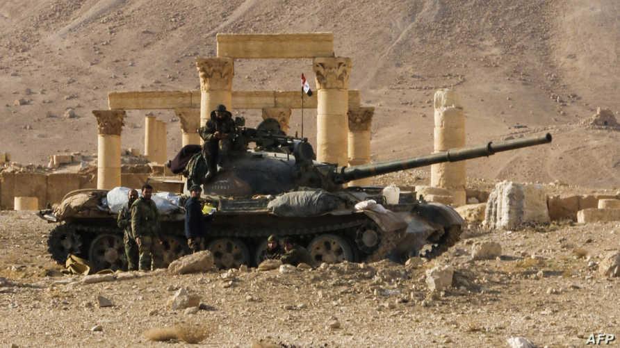 תמונה שצולמה ב- 4 במרץ 2017 מציגה טנק של צבא סוריה T-62 באתר הפגוע בעיר העתיקה פלמיירה במרכז ...