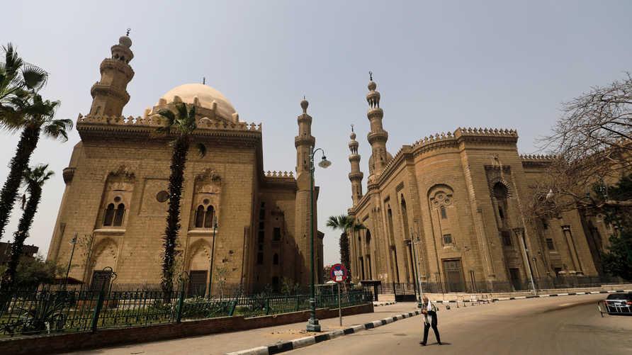 المساجد مغلقة في القاهرة بسبب وباء كورونا والحكومة تحظر تجمعات رمضان
