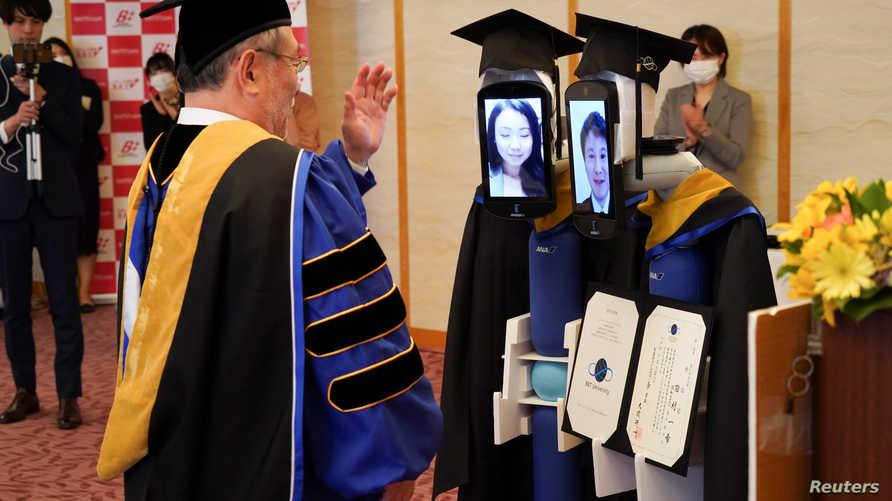 ارتدت الروبوتات أوشحة وقبعات التخرج التي اعتلت وجوه الطلاب الظاهرة من خلال الشاشات المثبتة.