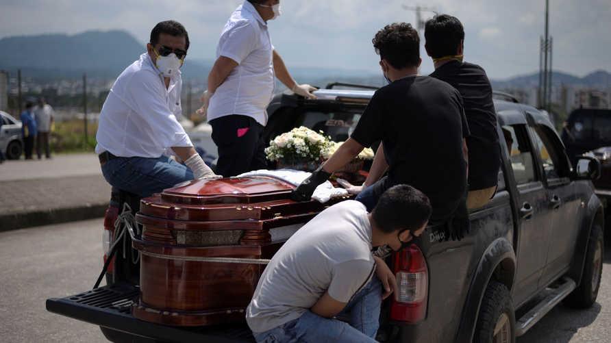 الإكوادور تخزن جثث ضحايا كورونا في حاويات مبردة بعد امتلاء ثلاجات المستشفيات