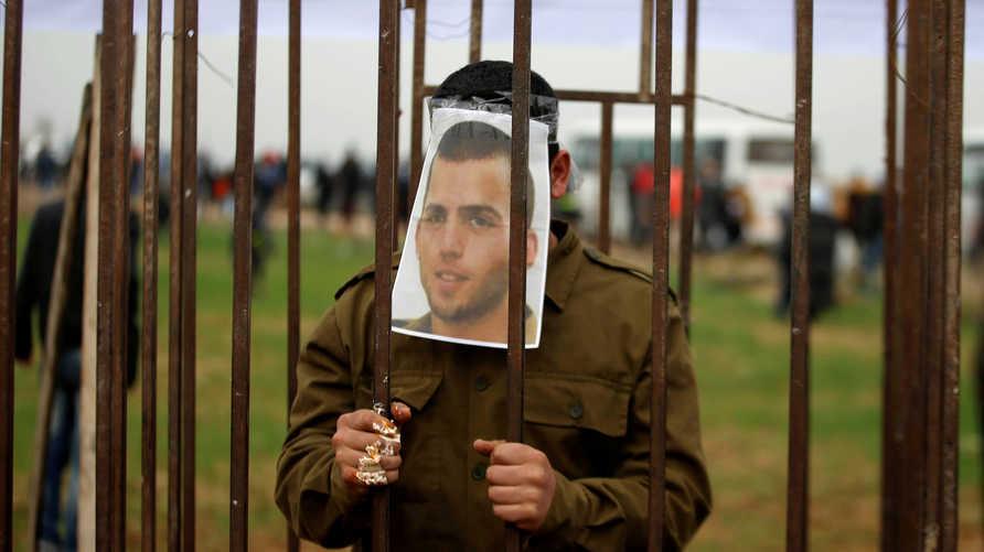 فلسطيني يلعب دور الجندي الإسرائيلي أورون شاؤول المحتجز في غزة