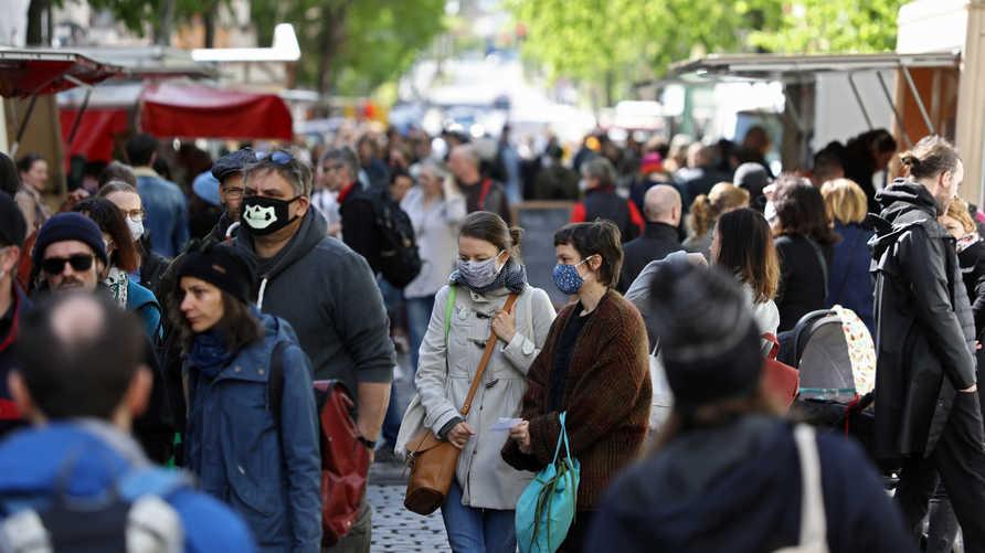 الدراسة توصلت إلى أن فيروس كورونا يبقى في هواء الأماكن المكتظة أو الغرف التي تفقتر إلى التهوية