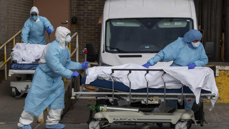 نقل جثامين مرضى لقوا مصرعهم إثر الإصابة بكورونا خارج مركز وايكوف الطبي في مدينة نيويورك. وتحذر السلطات منذ أيام من أن ذورة كوفيد-19 وشيكة مع توقع ارتفاع هائل في الوفيات