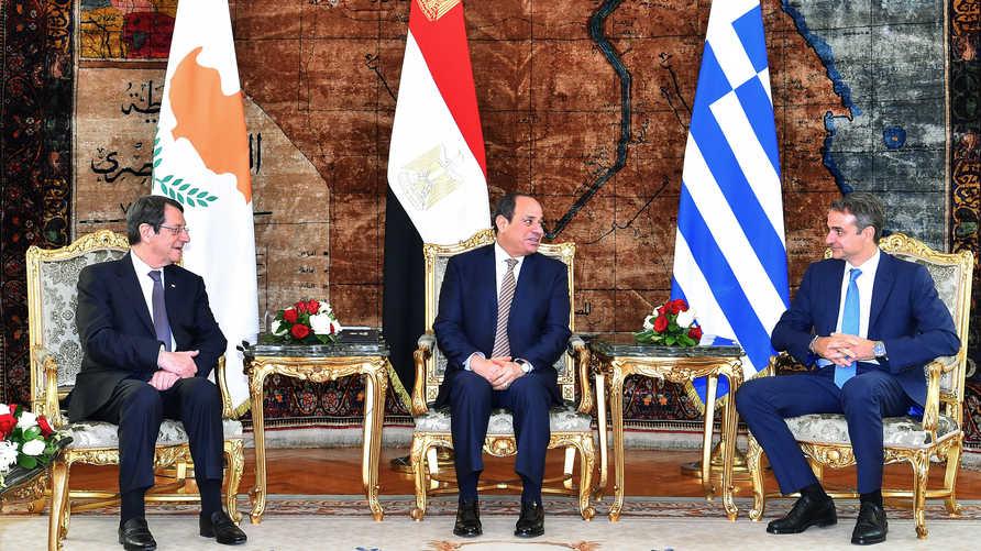 رئيس الوزراء اليوناني كرياكوس ميتسوتاكيس (يمين) والرئيس المصري عبد الفتاح السيسي في الوسط ورئيس قبرص (يسار)
