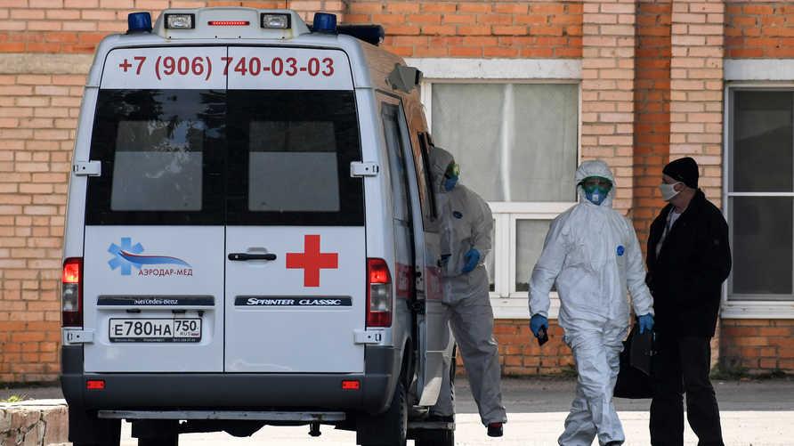 أطباء يصلون مستشفى يعالج المصابين بكورونا في مدينة خيمكي شمال غربي العاصمة الروسية موسكو