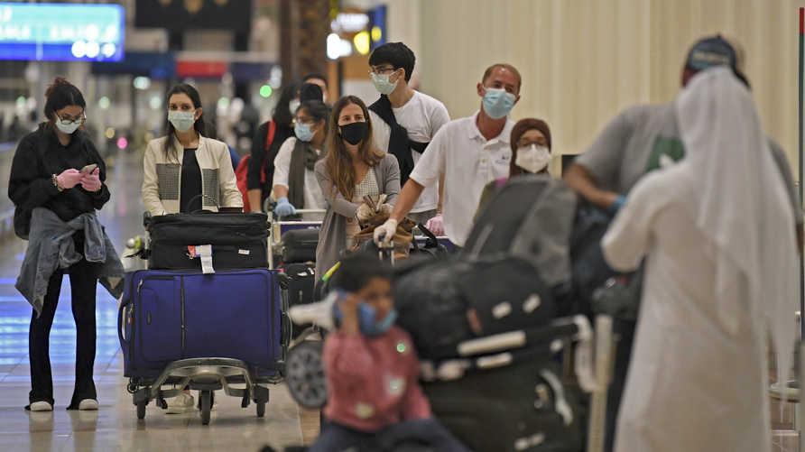 مسافرون يخضعون لفحوص فيروس كورونا في مطار دبي