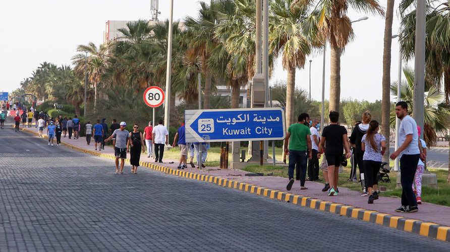 مقيمون في حي في مدينة الكويت في صورة بتاريخ 12 مايو 2020