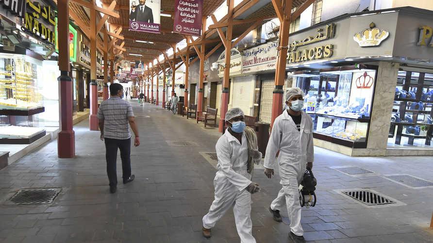 عمال يرتدون أدوات الحماية في سوق دبي للمجوهرات- 13 مايو 2020
