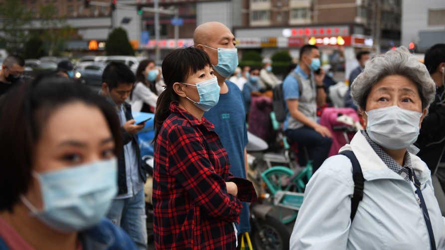 مواطنون صينيون في مدينة ووهان التي ظهر فيها فيروس كورونا المستجد أواخر 2019