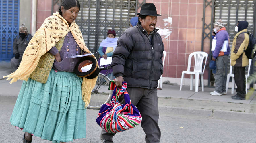Locals from El Alto, Bolivia, head to a street market despite restrictions banning crowded places regarding the COVID-19…