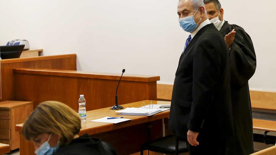 نتانياهو واضعا كمامة زرقاء داخل قاعة المحكمة أثناء محاكمته