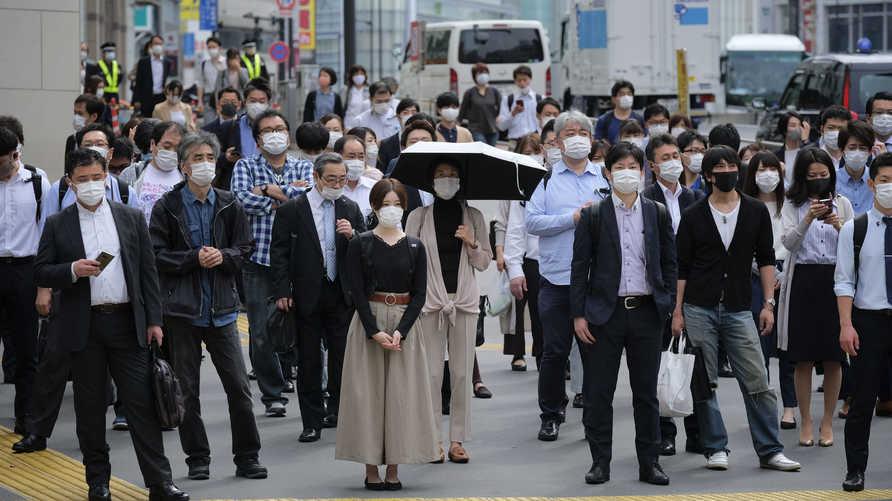 مواطنون يلبسون كمامات في طوكيو