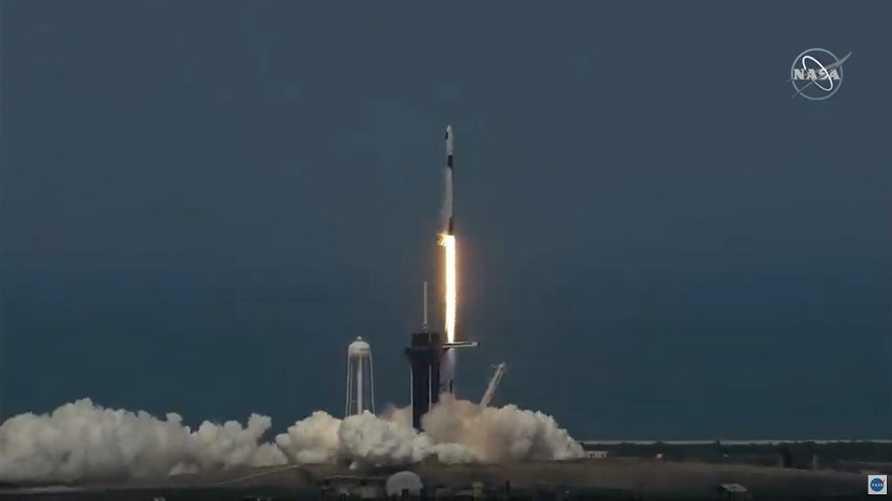 لأول مرة تنقل شركة سبيس إكس رواد فضاء