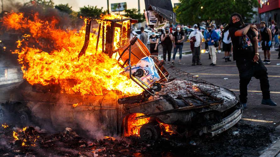 اضطرابات عمت مدنا في ولاية مينيسوتا في أعقاب مقتل شاب أسود على يد الشرطة
