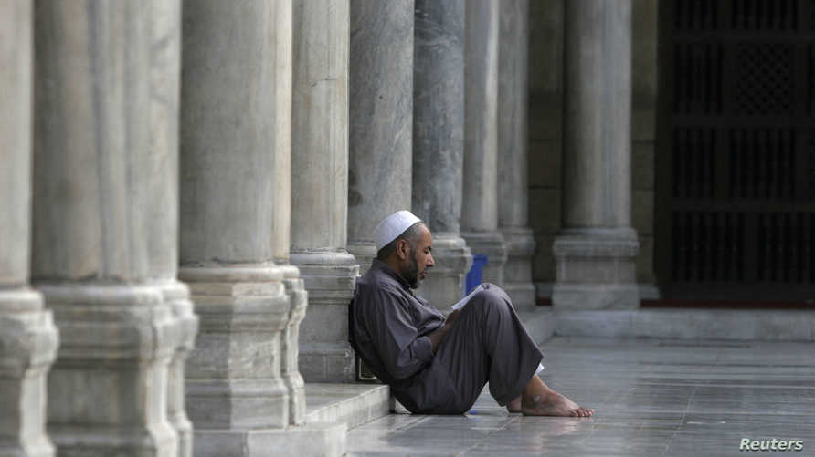 A Muslim man reads the Koran in Al-Azhar mosque in Cairo, September 26, 2007. Muslims around the world abstain from eating,…