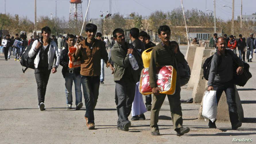 مجموعة من العمال الأفعان على الحدود الأفغانية الإيرانية - صورة أرشيفية