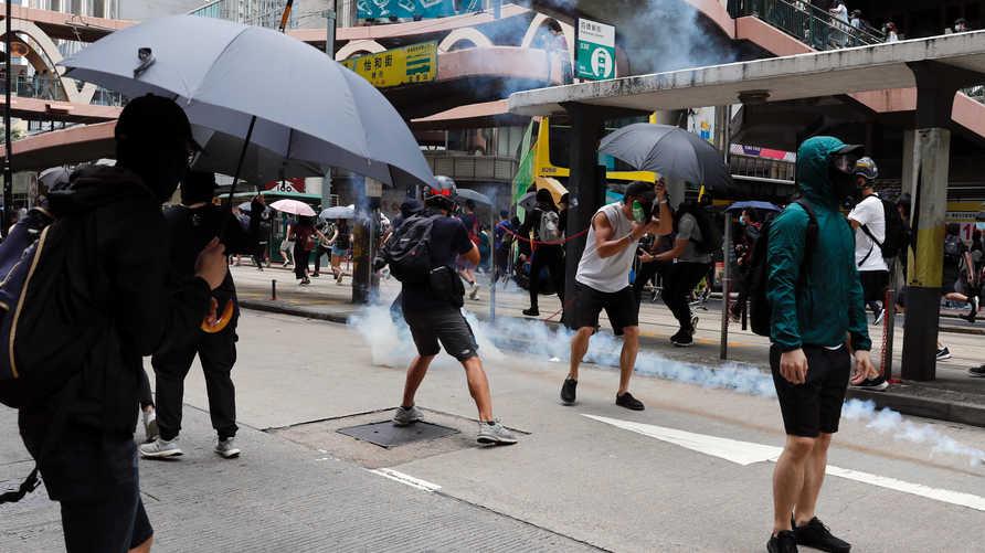 شرطة هونغ كونغ تطلق الغاز المسيل للدموع على متظاهرين