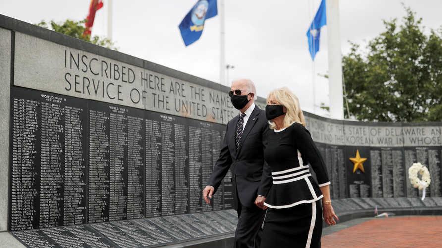 جو بايدن وزوجته جيل خلالإحيائهما يوم الذكرى