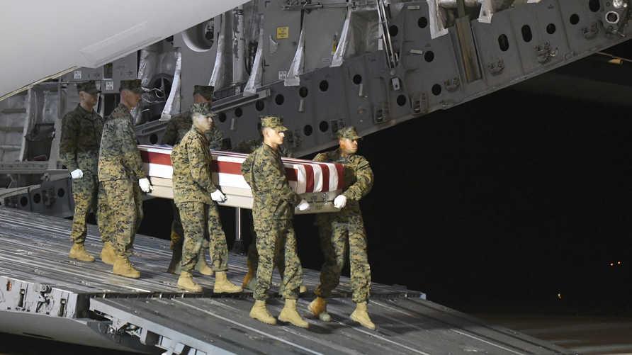 جنود أميركيون يحملون جثمان دييغو بونغو في قاعدة دوفر الجوية