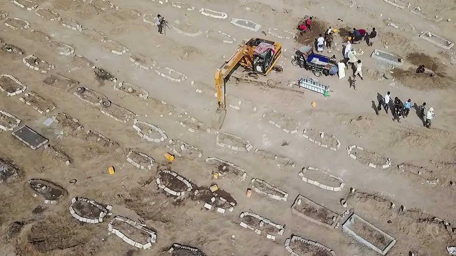 في مقرة بمدينة عدن، كان عشرات القبور الجديدة دليلاً على ارتفاع عدد الوفيات وسط جائحة كورونا