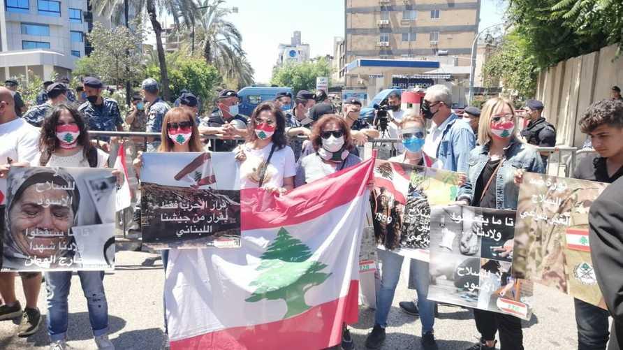 ردد المتظاهرون شعارات مناوئة لسلاح حزب الله ومطالبة بحصر السلاح بيد الجيش اللبناني