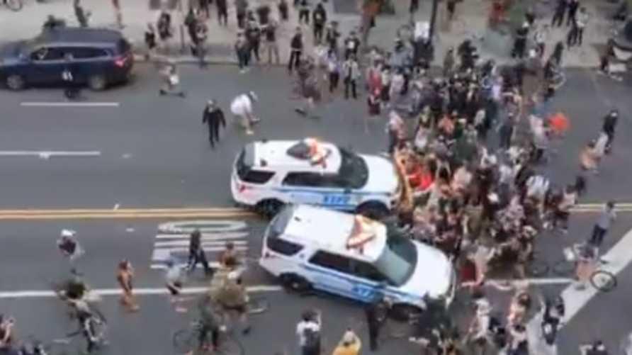 سيارتا الشرطة اللتان يجري التحقيق في تعاملهما مع متظاهرين
