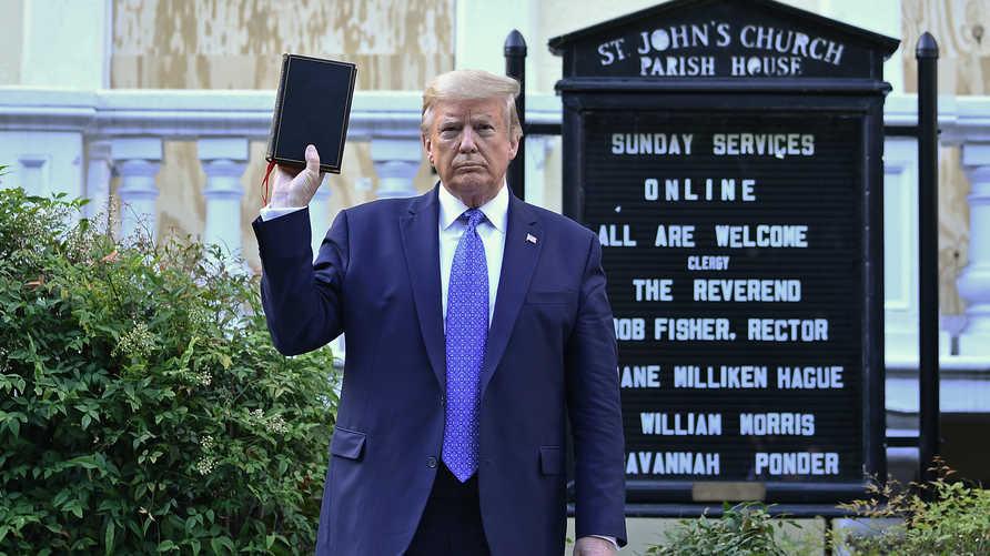 ترامب يرفع نسخة من الكتاب المقدس عند كنيسة ساينت جون قرب البيت الأبيض