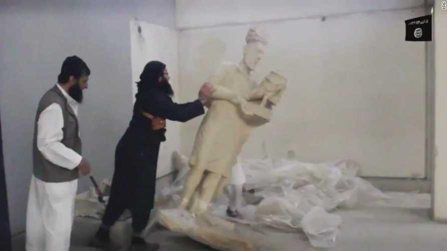 """عناصر من تنظيم """"داعش"""" يدمرون وينهبون آثارا قديمة"""